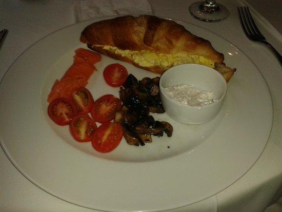 Village Ridge Boutique Hotel: Opção de café da manhã - croissant com salmão defumado