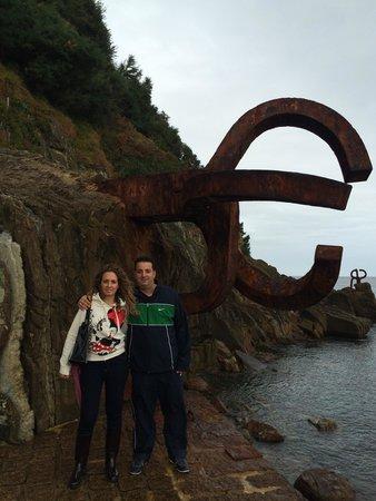 Combs of the Winds : Peine del viento San Sebastián , Pedro y Miriam de luna de miel recorriendo España