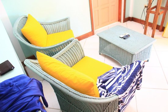 Tobago's Hibiscus Golf Villas & Apartments : Chairs in the living area