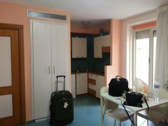 Tasso Suites: vista quarto e cozinha