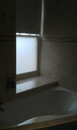 Jolyon's Boutique Hotel: Bathroom2