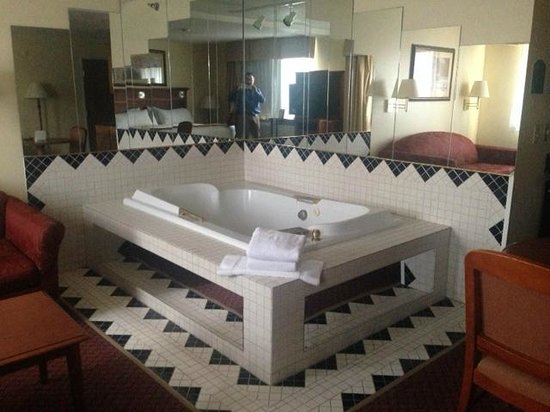 "Quality Inn : Dated tile and mirrors around the hot tub in the ""suite"""