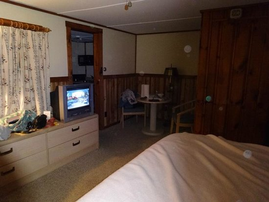 The Beaches Motel & Cottages: Main room in cottage