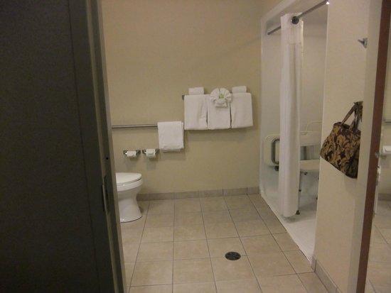 Holiday Inn Express Auburn: Plenty of room for wheel chair.