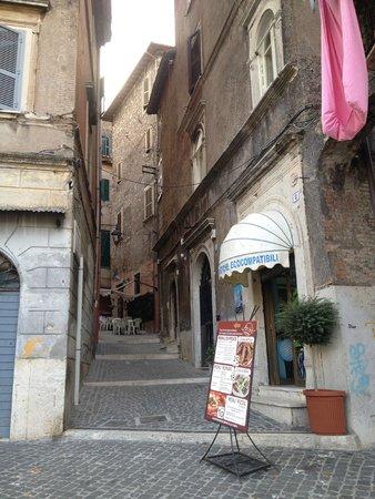 Pizzeria Arche': Nice little quiet street but close to Temple Vesta