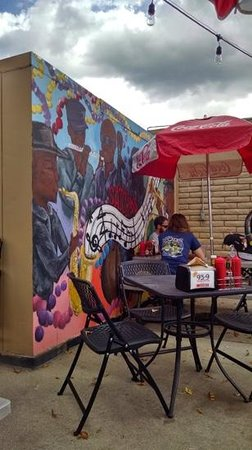 Satchmo's BBQ: Outdoor seating with ambiance