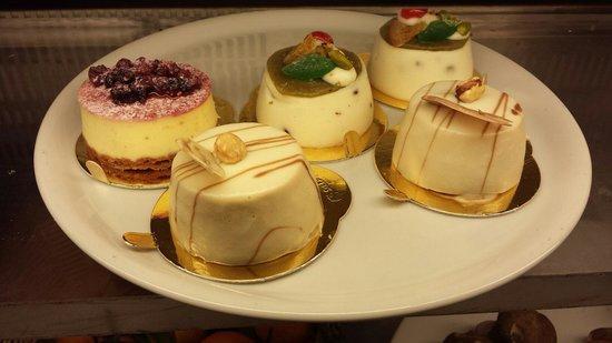5 Poderi : Cheese cake ai frutti di bosco, bavarese alla nocciala e vaniglia w cassatina siciliana.. buonis