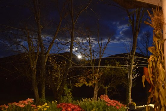 Carter Notch Inn : Rising full moon from the front porch