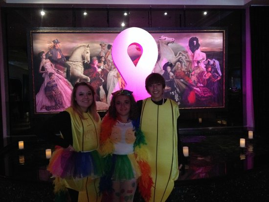 Hotel ZaZa Houston Museum District: Lobby in October (kids dressed for Katy Perry concert)