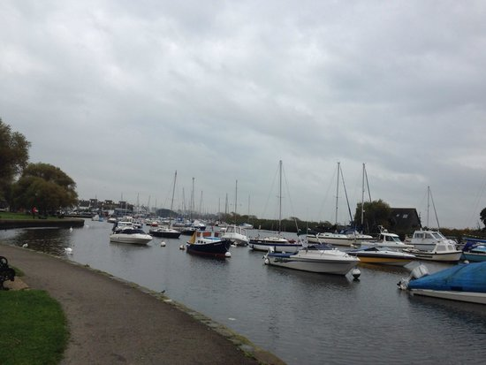 Captain's Club Hotel : Walk along river to Christchurch town center