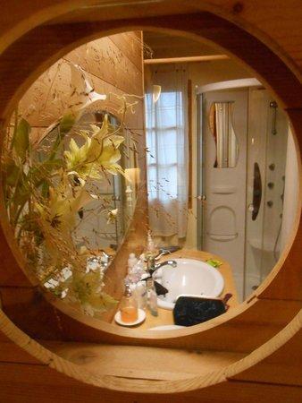 Au Jardin : salle de bains vue du hublot de la chambre
