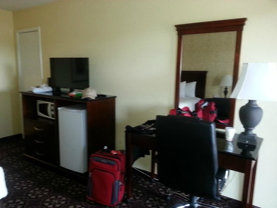 Days Inn Shenandoah TX: Microwave, fridge & desk area