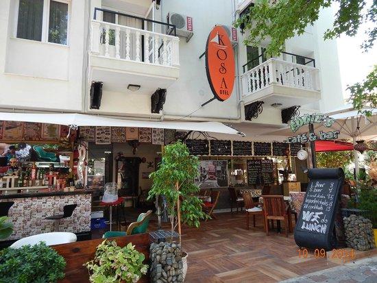 Kosa Hotel : бар и вход в отель