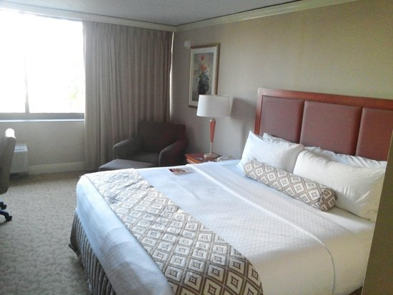 Crowne Plaza Hotel Executive Center Baton Rouge: Big bed in big room