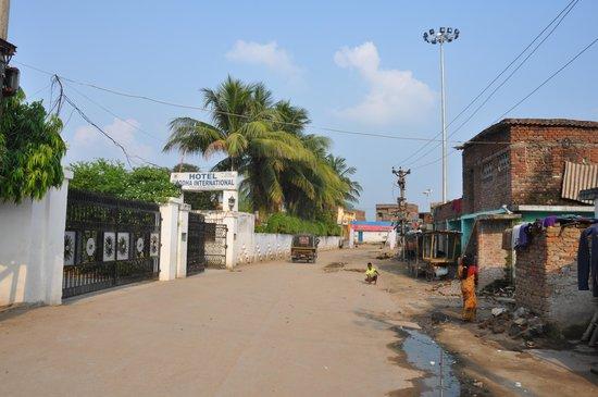 Hotel Buddha International : Hotel enterance.  Slum area