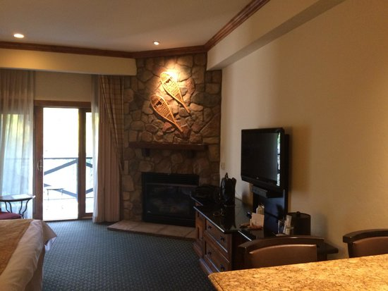 Vail Marriott Mountain Resort: Oversized King Suite with fireplace and balcony