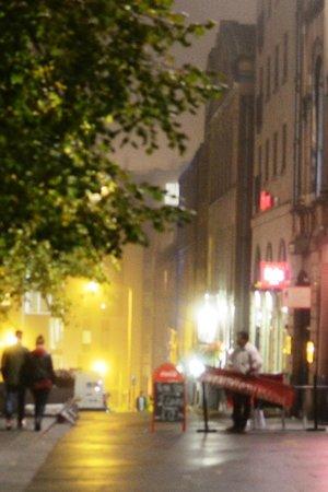 Ibis Edinburgh Centre Royal Mile: Calçada do hotel, sempre movimentada em qualquer horário e clima