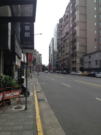 Hotel B Taipei: Looking East on Bade Road from Entrance