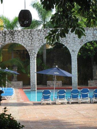 El Cid Granada Country Club: Across the swimming pool