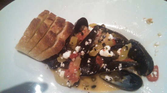 Pearlz Little Oyster Bar: Mussels in wine brooth