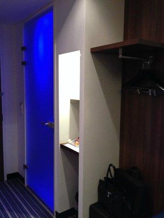 Holiday Inn Express Utrecht - Papendorp: Glastüre zum Bad, kein Schrank