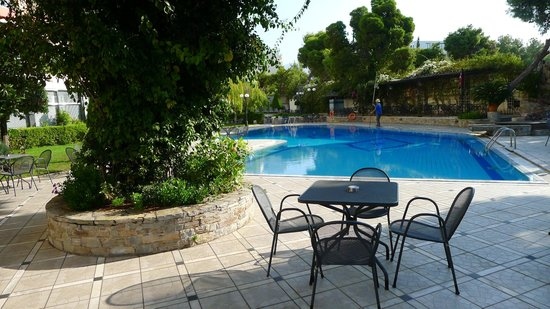 Oasis Hotel Apartments: View of the large pool and patio