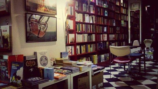 Giufa Libreria Caffe: Bellissimo locale/libreria, ambiente tranquillo e piacevole. Da provare assolutamente la torta n