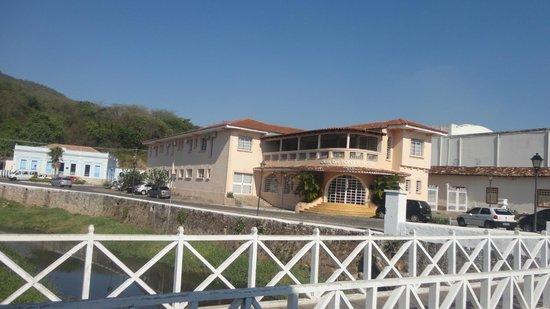 Em frente à ponte e à casa de cora coralina!   foto de pousada ...