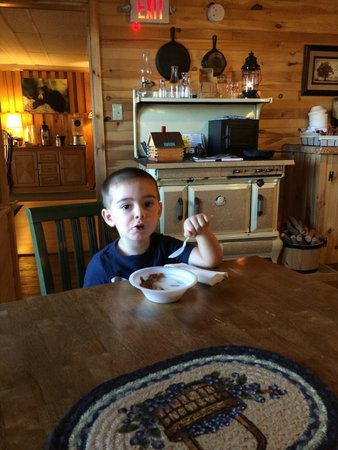 Maine Woods Inn: Dining on waffles!
