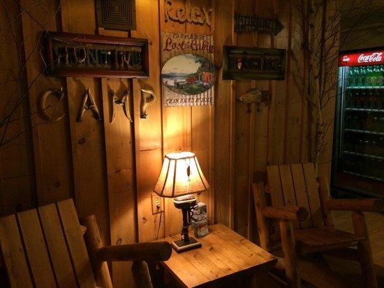 Vacationland Inn: Lobby Maine decorations