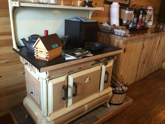 Vacationland Inn: Old fashioned wood stove decorative!