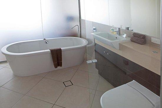 Vue Luxury Apartments Trinity Beach: Ensuite Bathroom