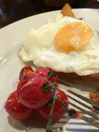 The New Inn and Old House: Best English breakfast I have ever had.  The cherry tomatoes were still on the vine.
