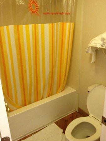 La Quinta Inn Orlando Airport West: Bathroom was very clean. Water pressure in the shower was wonderful.