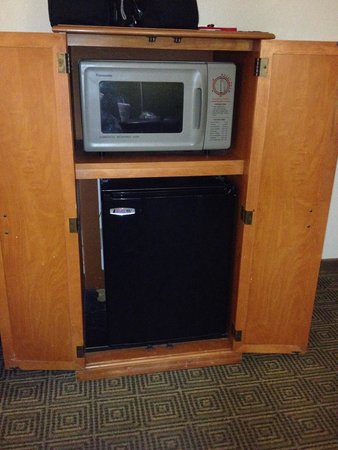 La Quinta Inn Orlando Airport West: Microwave & Refrigerator not sure if every room has one but room 115 does.