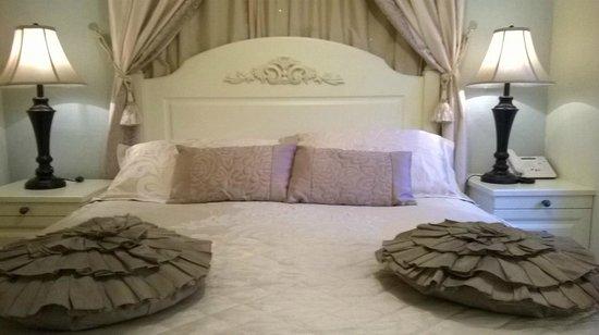 Ardmore House : bizarre cushions