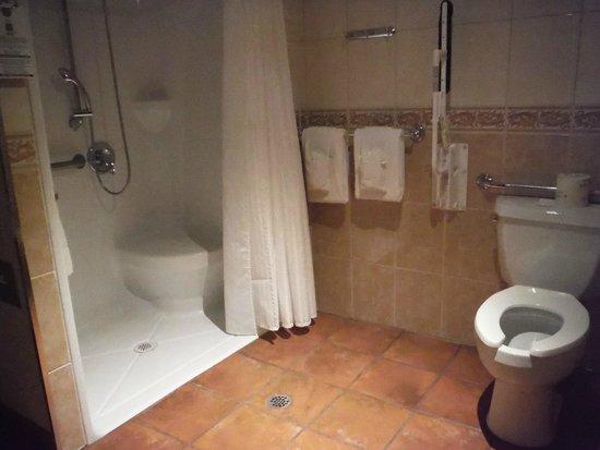 Hotel La Sagueneenne: La Saguenéenne salle de bain