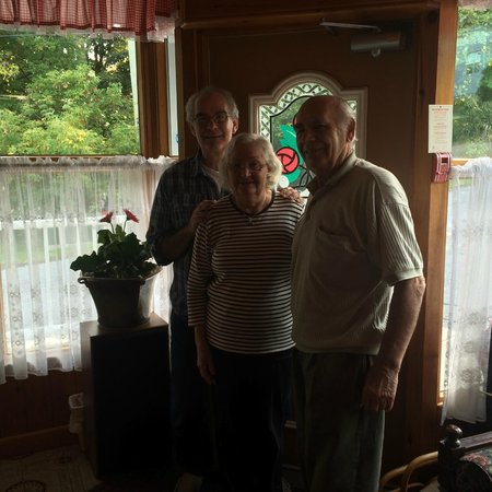 Queenston, Canada: Son, Mom and Dad - Owners