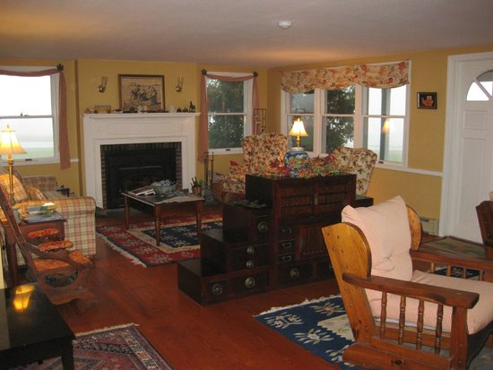 Cooper Hill Inn: Downstairs common room