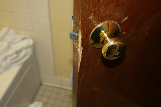 Quality Inn East: Damaged bathroom door
