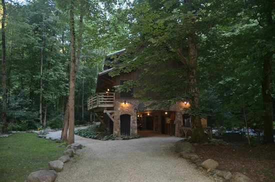 Nantahala River Lodge: Great covered parking area and a huge private and secure outdoor area.