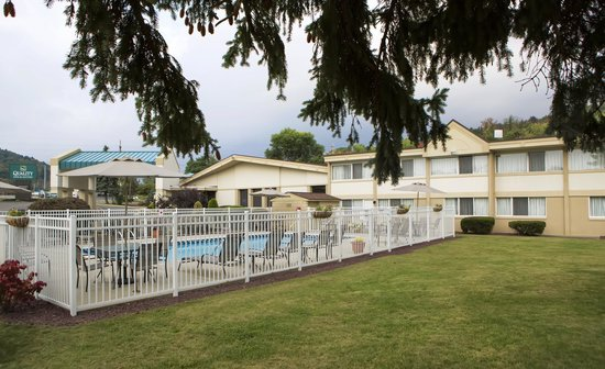 Quality Inn & Suites at Binghamton University: Outdoor Pool