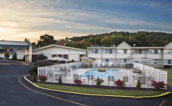 Quality Inn & Suites at Binghamton University : Quality Inn & Suites Vestal Exterior Hotel