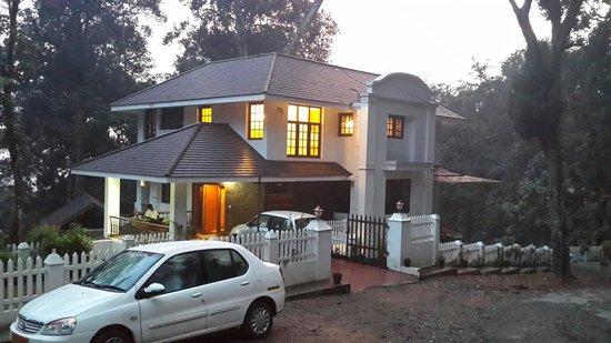 T.Cherry Villa: Property view at twilight