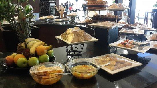 Amman Airport Hotel: frutas e pães - café da manhã