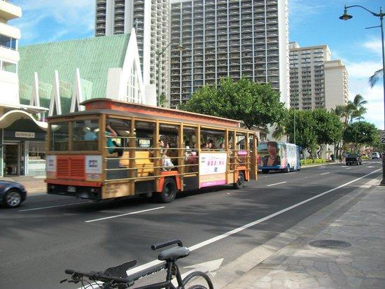 Courtyard Waikiki Beach: Waikiki Beach main boulvard