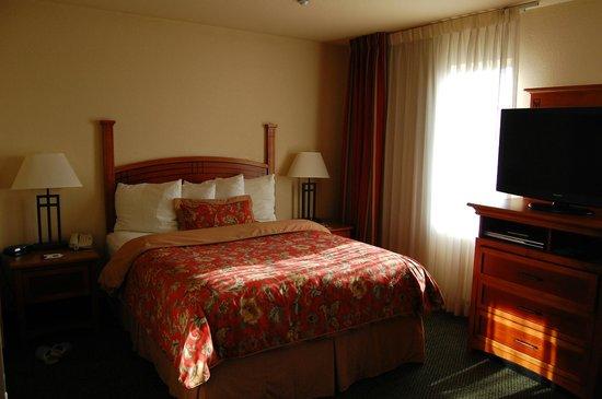 Staybridge Suites Allentown West: Bed area