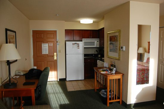 Staybridge Suites Allentown West: Overall view towards full kitchen