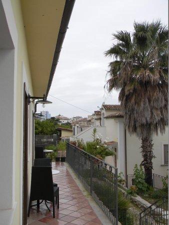 Albergo Villa Vittoria : Sacada em frente aos quartos
