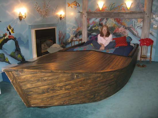Logan Anniversary Inn: Great bed in a boat!